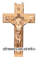 Крест четырехконечный, христианин «РАСПЯТИЕ», от растительным украшенным орнаментом равным образом объемной скульптурой ИИСУСА ХРИСТА . Большой сложение со специальными креплением в целях настенного подвешивания.